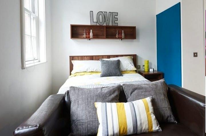 King-Square-Studios-Bristol-Large-Studio-Bed-Area-Unilodgers-14958018972