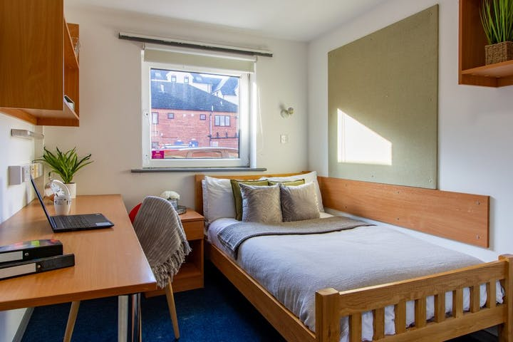 9-student-accommodation-loughborough-the-print-house-classic-ensuite-2-1024x768