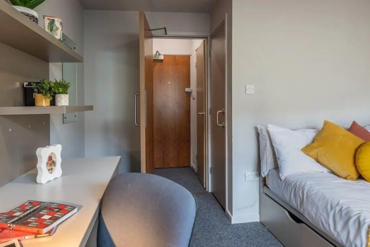 Standard-en-suite-room-v2-1170x600