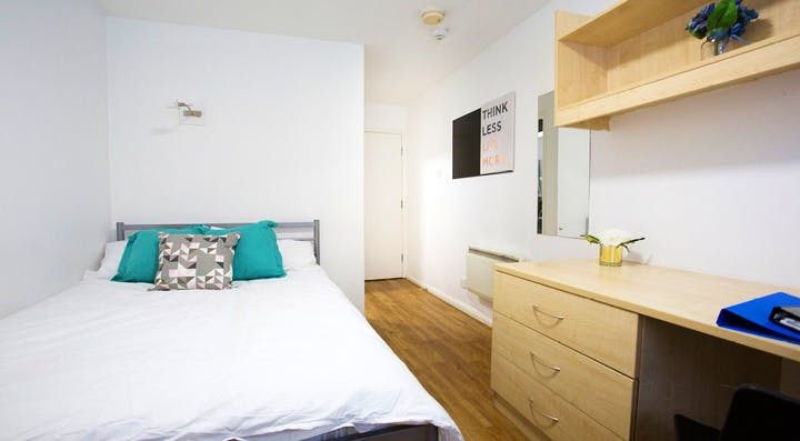 Manchester-House-Manchester-Classic-Room-2-Unilodgers-1495803292