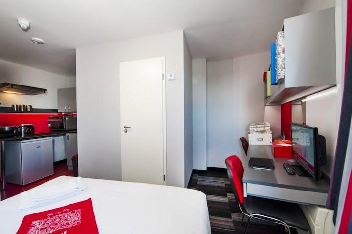 Pillar-Box-Coventry-Deluxe-Plus-Room-Unilodgers-14961397116