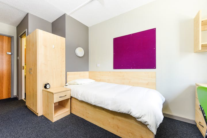 Liverpool-Capital Gate room c-3