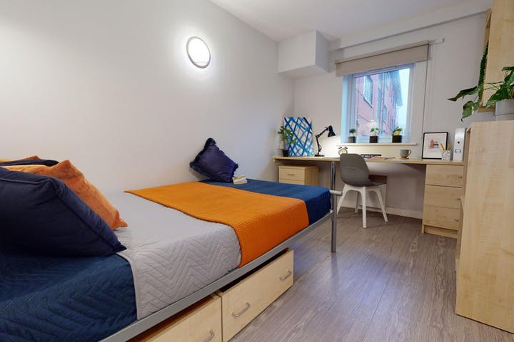 iQ-Student-Accommodation-Lincoln-Hayes-Wharf-Bedrooms-Bronze_En_Suite(6)