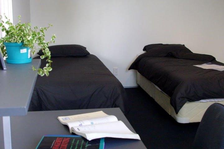 unilodge-auckland-twinroom-square
